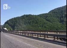 """Цистерна виси от мост на магистрала """"Хемус"""""""